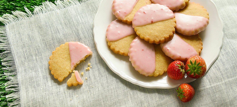 Strawberry & Champagne Shortbread Recipe | Carr's Flour
